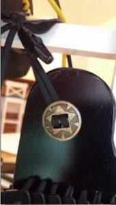 Knebelknöpfe dienen zur Befestigung des Harnischs am Schulterschild.
