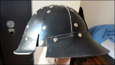 Die Helm Schale mit Schirm und hinterem Helmteil. Alle Formteile des Kabuto fest vernietet.