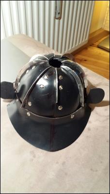 Basis-Teile des japanischen Samurai Helms vernietet.