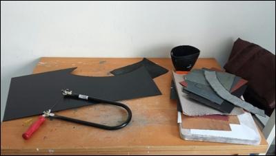 Es Bedarf nicht viel Platz und nur weniger Werkzeuge, um mit der Arbeit an einem Kabuto, dem japanischen Samurai Helm, zu starten.