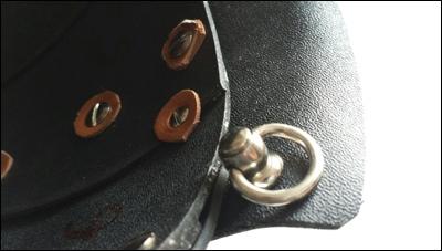 Das Mempo wird am Helm mit Haken festgehängt und mit einer Kordel zusätzlich festgebunden.