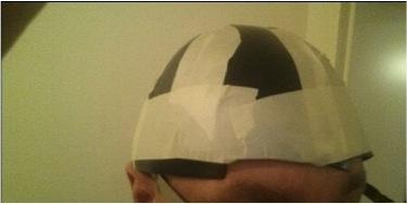 Helmschale aus einzelnen Helmplatten, geformt aus thermoelastischem Kunststoff.