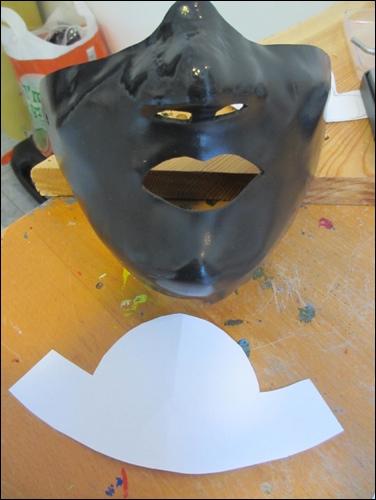 Die auf dem Gipsbett ausgeformte Maske erhält die Basis für den Halsschutz