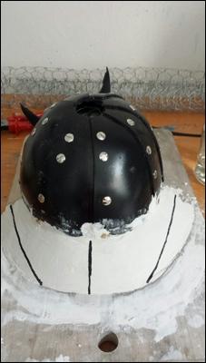 Für die Gestaltung des Schirmes aus thermoelastichen Kunststoff wird eine Formforlage aus Gips gestaltet.