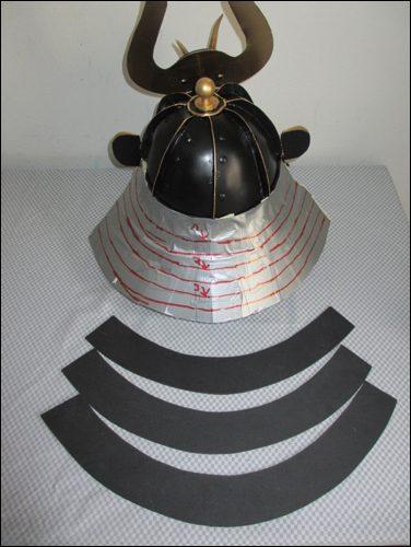 Nackenschutz - Shikoro wird geplant mittels einer Schnittforlage aus Gaffer Tape.