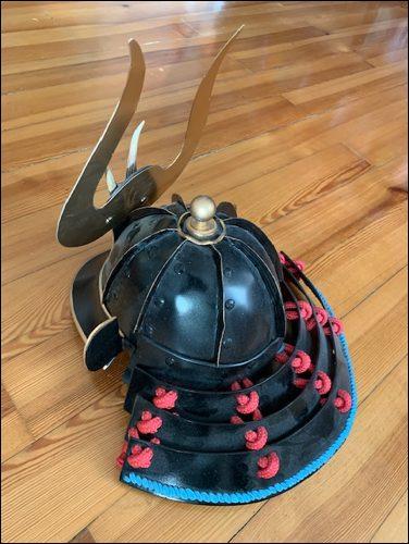 Samurai Helm mit Nackenschutz-Rückansicht.