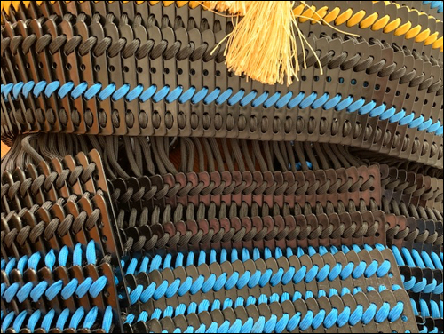 Es werden drei Schutzplatten (Kusazuri) am Harnisch (Do) angeknüpft.