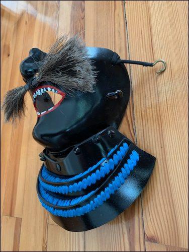 Mempo-Seitenansicht zeigt die Befestigungshaken für dem Helm.