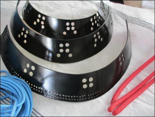 Die Elemente des Shikoro sind gebohrt und lackiert. Der Mindestdurchmesser für die Kordel steht fest.