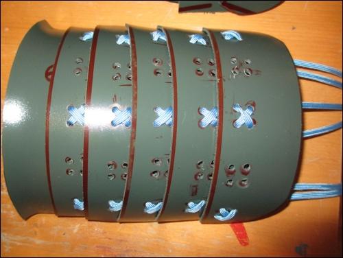 Kote: Das Oberarmschild aus Armpanzer-Elementen aus thermoplastischem DIY Kunststoff