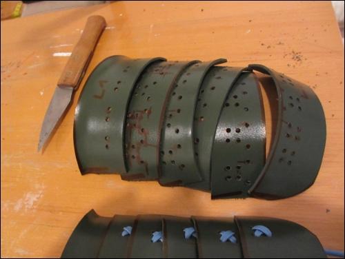 Jeder Oberarmpanzer besteht aus sechs einzelnen Teilen. Diese bilden die Oberarm Schutzpanzerung des Kote (auch: Gote).