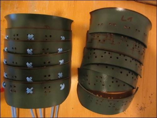 Links: Die einzelnen Oberarm Schild Panzer Elemente des Samurai Armschutzes werden nach klassischen Vorbild verbunden und bleiben