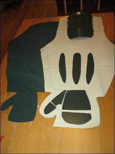 Die aus dem thermoelastischen Kunststoff ausgesägten und geschmirgelten Panzerelemente für den Samurai Armschutz. Oberarmschutz, Unterarmpanzerung und Kampfhandschuh (tekko) inclusive Daumenschutz.