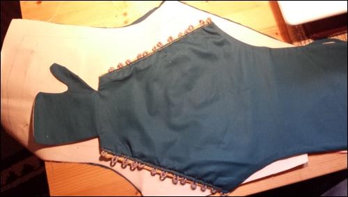 Die Basis des Armschutzes: Ein ansprechender Stoff außen und ein grober Leinenstoff innen. Der Stoff nimmt die Schutzplatten und das Kettenhemd auf.
