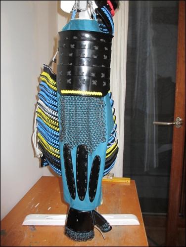 Samurai Kote: Gut zu erkennen: Der gesamte Arm ist geschützt. Der Oberarmschutz reicht über den Kettenpanzer. Dieser reicht bis zum Unterarmschutz.