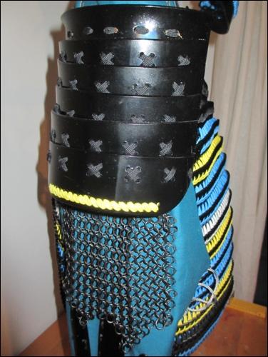 Samurai DIY Kote: Der Oberarmschutz ist flexibel, da die Elemente mit Schnur zusammengeflochten wurden. Das sichert Bewegungsfreiheit.