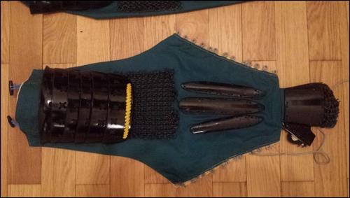 Koten / Gote: der Armschutz einer Samurai Rüstung; vom Kampfhandschuh mit Fingerschlaufen bis zur Knebelkopfbefestigung mit welcher man den Armschutz an der Schulterrüstung anknüpft.