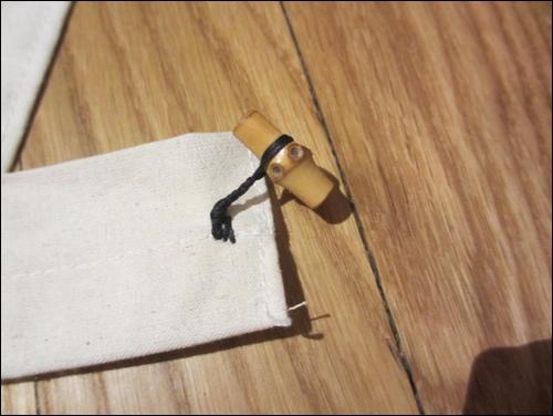 Der Knebelknopf am Gürtel der Samurai-Schürze.