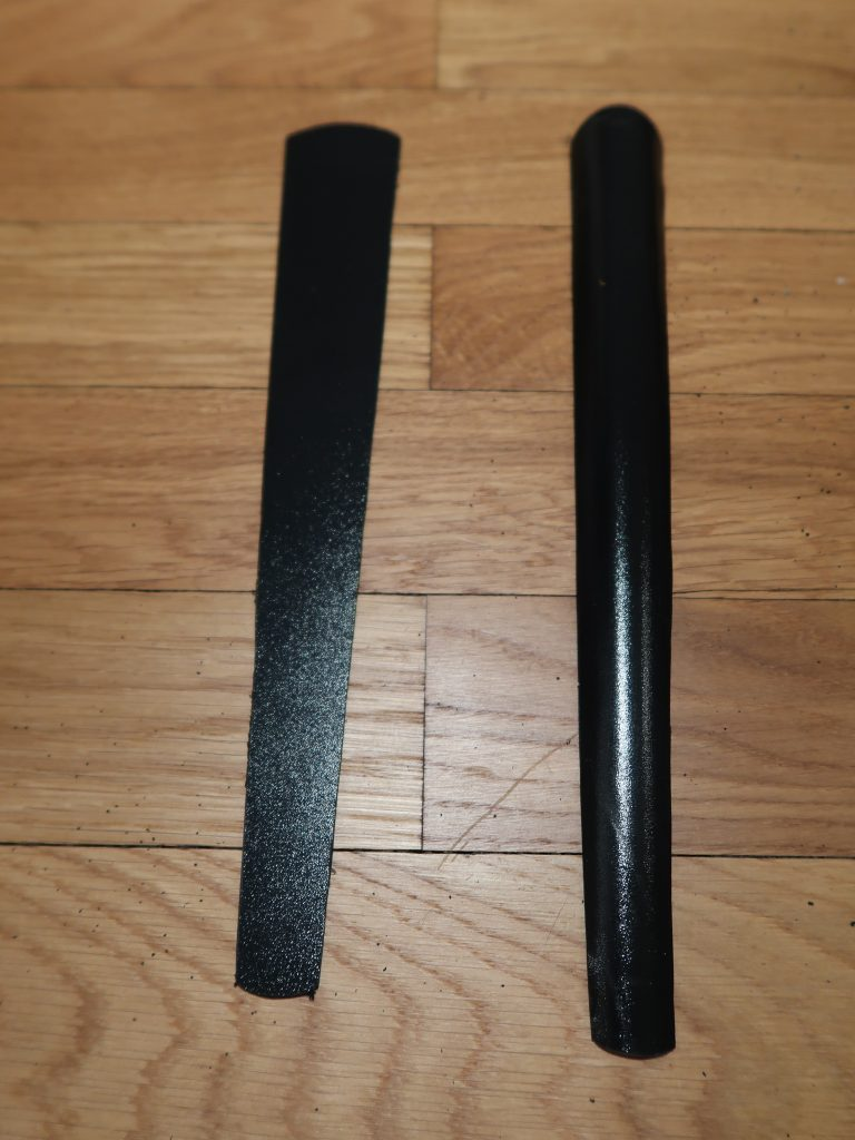 Die Rüstungselemente aus thermoplastischen Kunststoff (Kydex) ausgesägt und dann verformt