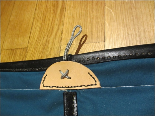 Eine feste Lederapplikation mit Schlaufe für den Schulterträger