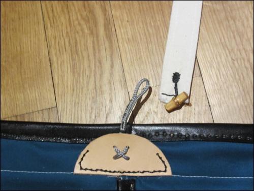 Knebelknopf des Schulterträgers und Schlaufe an der Haidate