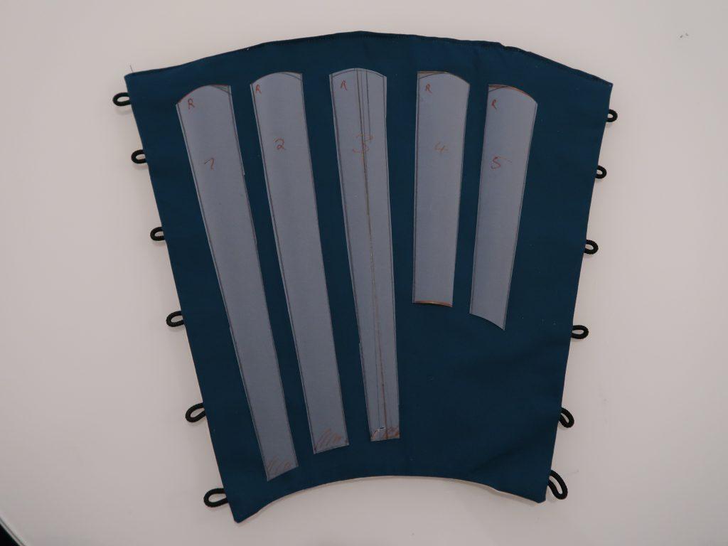 Schnittmuster aus Pergamentpapier für die Rüstungsteile des Sunate