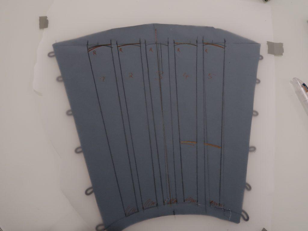 Planung der Rüstungsteile für den Schienbeinschutz; es wird thermoplastischer Kunststoff verwendet.