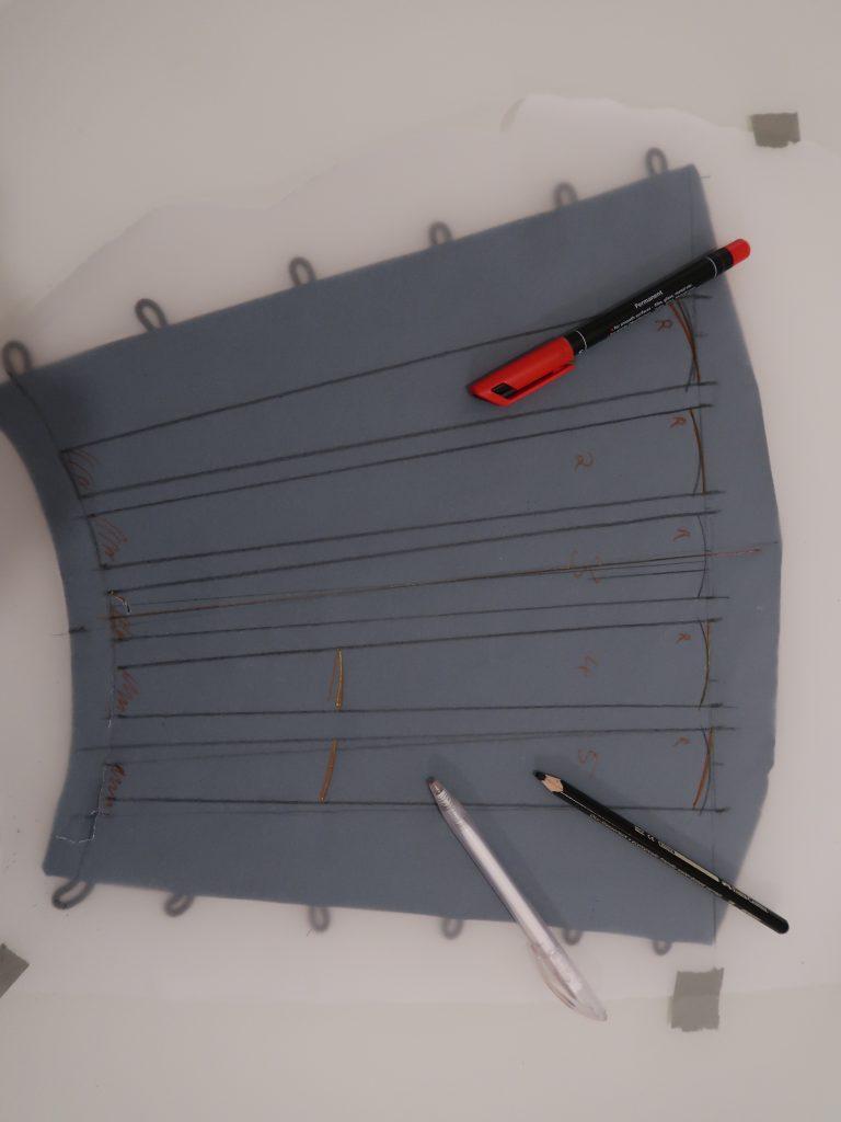 Pergamentpapier auf dem Stoffteil zum Abtragen und Designen der Platten.