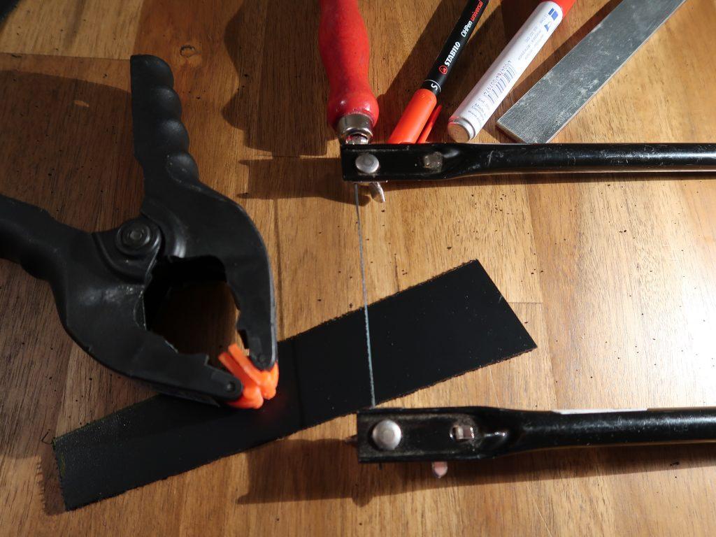 Zugearbeitet: der Thermoelastische Kunststoff wird in die entsprechende Form gesägt.