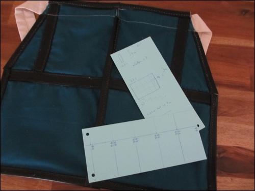 Lamellenrüstung: Der Oberschenkelschutz (Haidate) wird mit thermoplastischen Rüstungs-Lamellen besetzt.