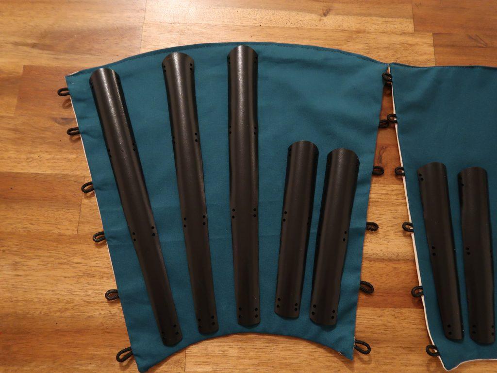 Die Rüstungsteile werden mit Löchern versehen und angenäht