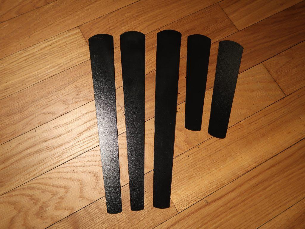 Sunate: Die thermoplastischen Kunststoffplatten. Ausgesägt und mit geschmirgelten Kanten.