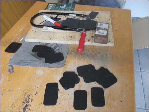 Aussägen und bearbeiten der thermoelastischen Lamellen für den Oberschenkelschutz der DIY Samurai Rüstung.
