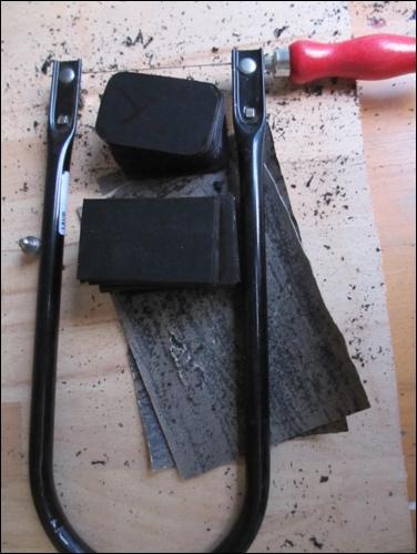 Kaltes Sägen: Stichsäge als bevorzugtes Arbeitsinstrument für thermoelastischen Kunststoff.