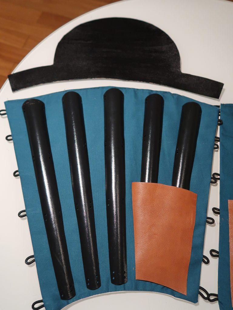 Tateage und Sunnate: Die ledernen und gefärbte Kniekappe wird an den Schienbeinschutz angenäht.