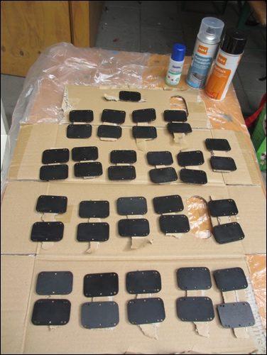 Lackierarbeiten: Auf eine dünnen Schicht Grundierung / Haftmittel kommt ein schwarzer Lack.