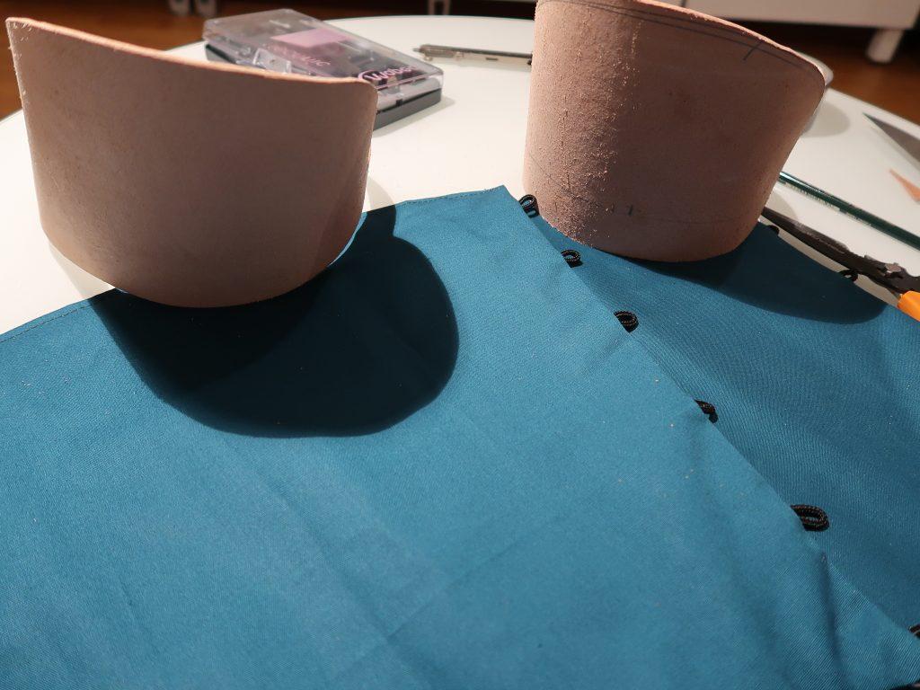 Die Kniekappen aus Leder ergänzen den Schienbeinschutz und werden das Knie abdecken.