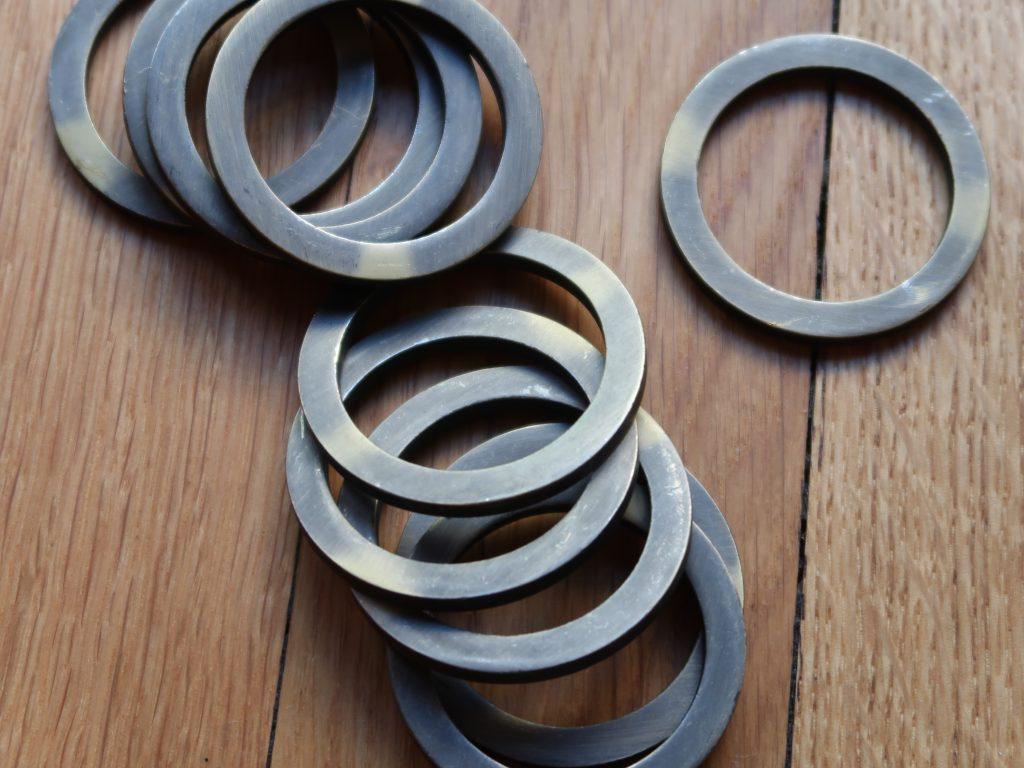 Metallringe werden auf das Tateage genäht. Die Kniekappe ergänzt das Sunate. Die Ringe auf der Kniekappe schützen das Knie gegen Streiche mit dem Schwert.