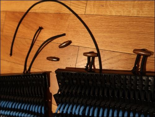 Detailansicht der Knebelknöpfe zur Befestigung über der Schulter.