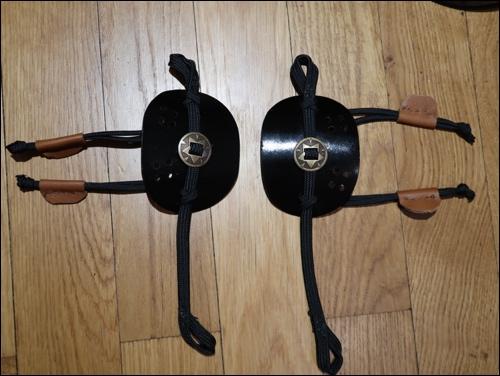 Die Schulterplatten / Schulterträger: Das lange Ende hält den Do. Die kurzen Enden halten den Schulterschutz.