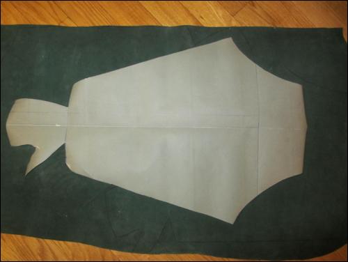 Kote - Schnittmuster wird auf den feinen Bauwollstoff übertragen und ausgeschnitten.