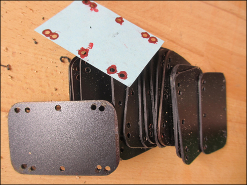 Kote - Schablone für die Löcher in den Platten des Oberschenkelschutzes